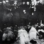10. Молящиеся над жертвами погрома в Проскурове. Февраль 1919.