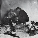 13. Дети опознают тело отца, убитого в погроме. Апрель 1919 г.